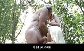 Sesso a tre nel bosco con le due nipote