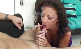 Mamma porca fuma una sigaretta e succhia il cazzo grosso del figlio