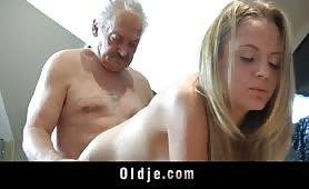 Ragazza fa sborrare nonno
