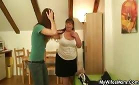 Sorpresa dalla figlia mentre scopa il genere