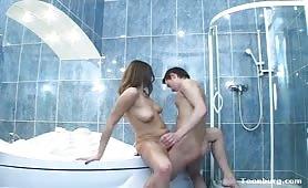 Sesso sfrenato nella vasca da bagno con la sorella