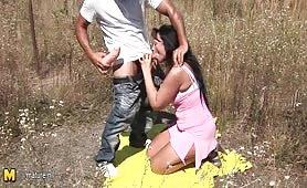 Tettona chiavata hard sul campo dal figlio