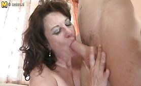 Zia matura e cicciona seduce il nipote