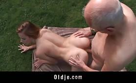 Puttana bionda trombata al aperto dal nonno