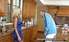Mignotta tettona si gode una chiavata arrapante in cucina