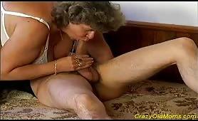 Nonna tettona ama fottere col nipote