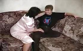 Nonna seduce il giovane nipote