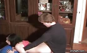 Giovane mignotta scopata dal suo fratello porco