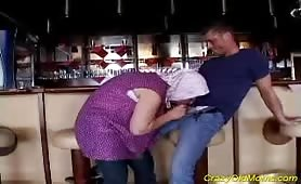 Nonna zoccola fotte col nipote al bar
