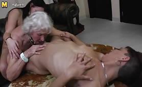 Sesso lesbo tra le due nipote e la nonna