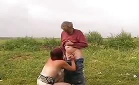 Sesso orale all'aperto con la nipote che succhia il nonno