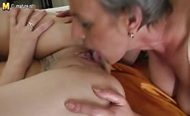 Nonna e nipote si masturbano hard