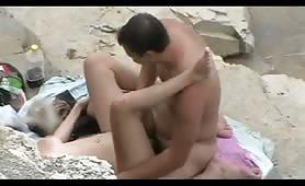 Sorella ninfomane presta una sega al fratello sulla spiaggia