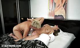 Nonna sessantenne e nipote 18enne fanno sesso lesbico