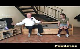 Nonno dotato scopa la nipote