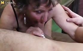 Nonna fottuta nella figa pelosa dal nipote perverso