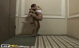 Bionda dalle tette piccole seduce il cugino